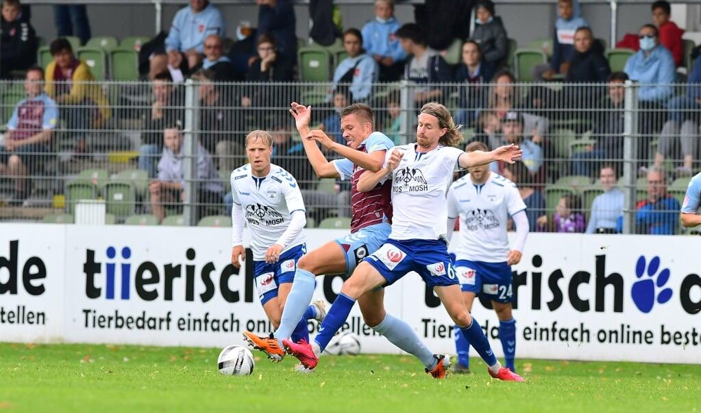 Es wurde um jeden Ball beim Duell zwischen dem SC Weiche Flensburg 08 und Kolding IF heiß gekämpft.  ( Martin Ziemer)
