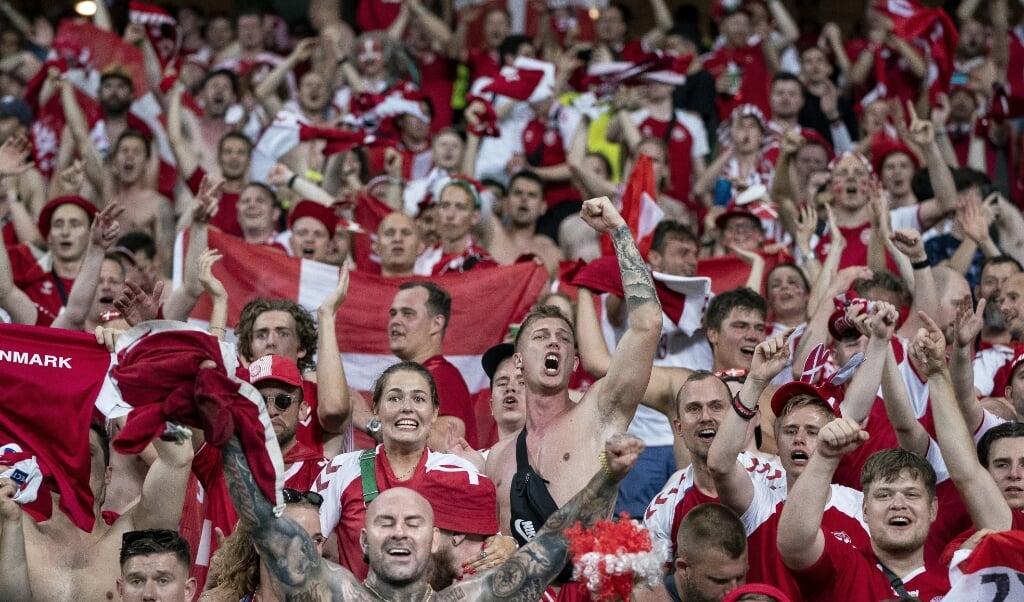 De medrejsende danske fans var lykkelige efter 2-1-sejren over Tjekkiet i Baku.  (Liselotte Sabroe/Ritzau Scanpix)