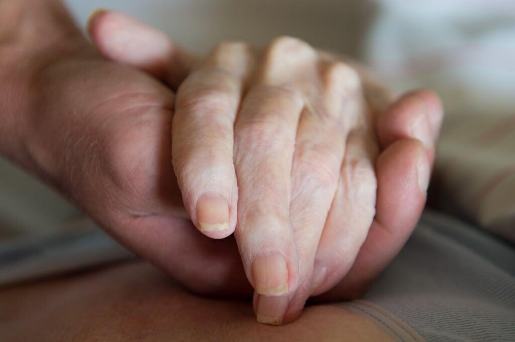 Det kan være svært for borgere med behov for pleje i eget hjem at finde den rette hjælp hos en plejeleverandør. Der er en mangel på fagpersoner, påpeger mindretalspartiet SSW.    (Sebastian Kahnert/dpa)