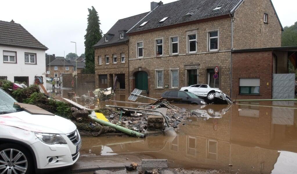 Ødelagte biler, murbrokker og slam fyldte gaderne i byen Vicht i Nordrhein-Westfalen, efter en lokal bæk svulmede op til en rivende flod.   (Ralf Roeger/dpa)