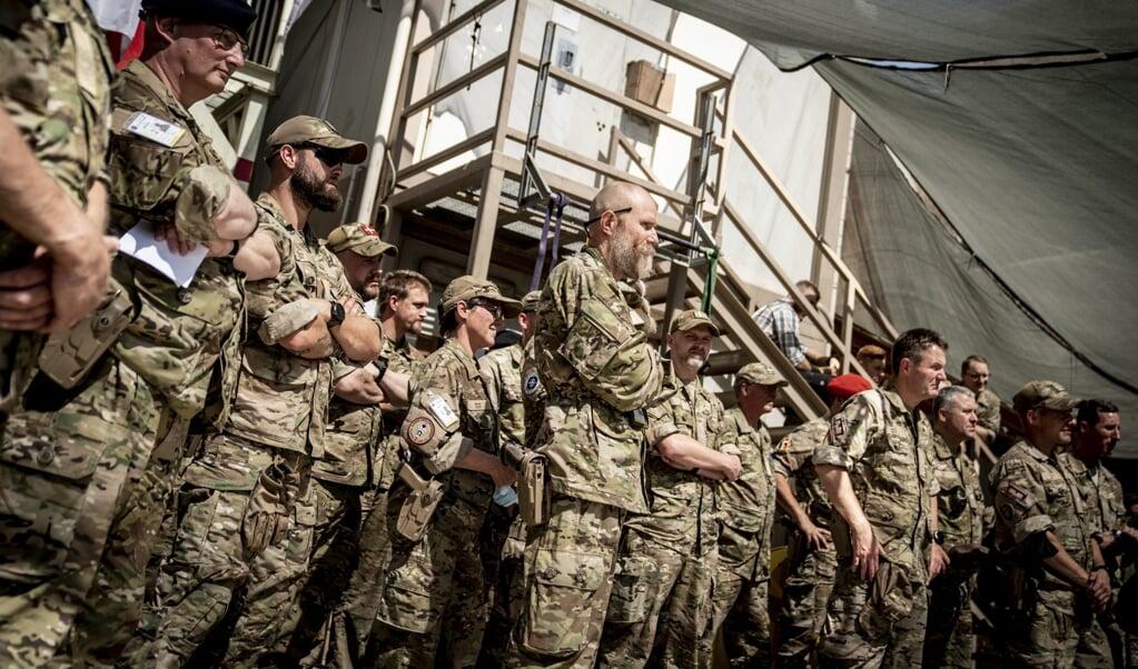 Danske soldater i Irak lytter til forsvarsminister Trine Bramsen (S), som besøgte de danske soldater, der bidrager til Nato-missionen
