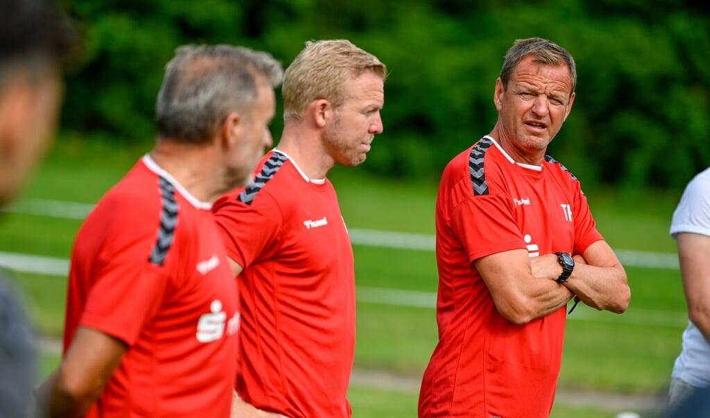 Das Trainerteam des SC Weiche Flensburg 08 um Chef Thomas Seeliger (r.) hat noch einige Arbeit vor sich.  ( Martin Ziemer)