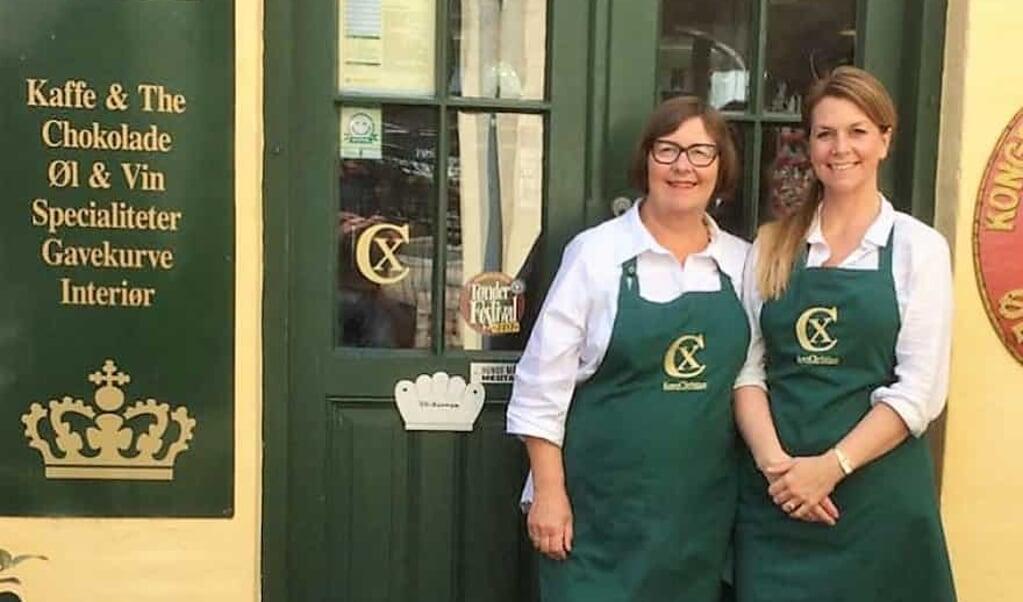 Kirsten Lützen ses her sammen med sin datter, Lotte Lützen, foran butikken, der ligger i Tønders gågade. Snart  danner butikken ramme om optagelser til den nye