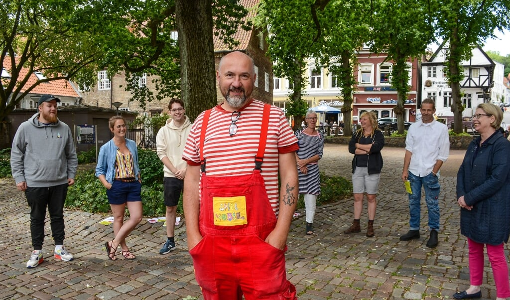 Aktionskunstneren Samuel Fleps står i spidsen for Kinderhofkultur i Flensborg. Bag ham ses repræsentanter fra de øvrige arrangører.   (Hans Christian Davidsen)