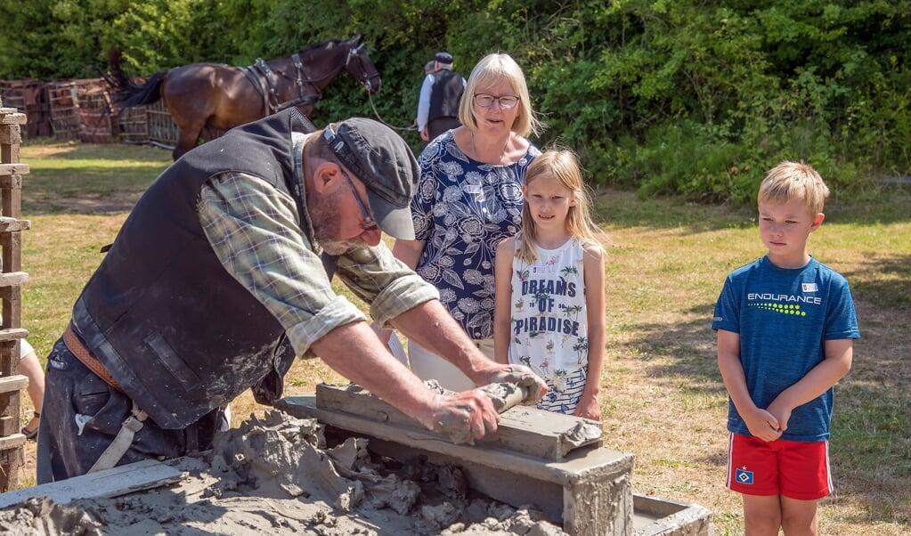 I løbet af dagene med Levende Teglværk kan man lære at stryge sine egne teglsten.   (Museum Sønderjylland)