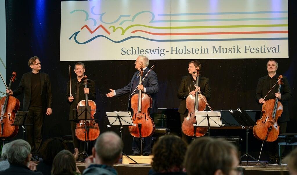 Fem cellister på stribe er ikke nogen hverdagsforeteelse. Fra venstre er det Jens Peter Maintz, Thomas Grossenbacher, David Geringas, Andrei Ionita og Troels Svane.   ( Hans Christian Davidsen)