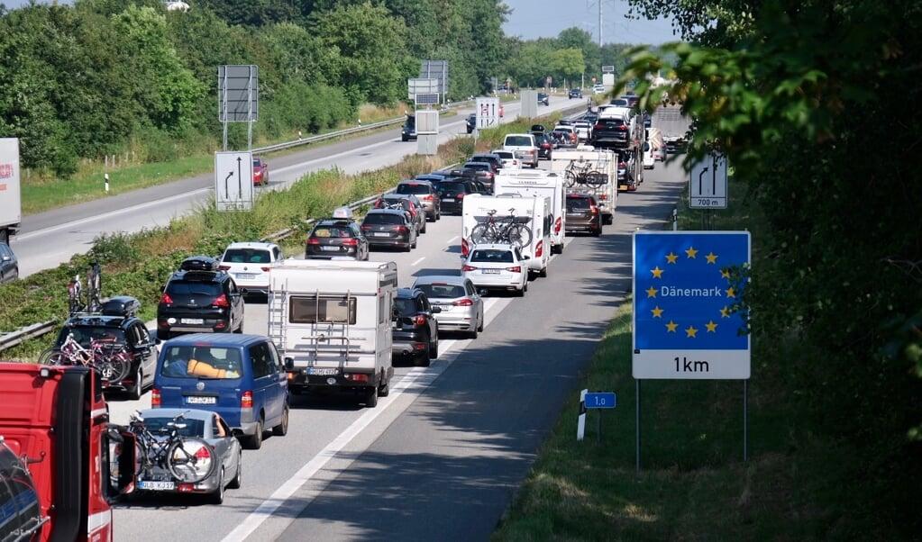 Køen ved grænsen er flere kilometer lang. Det er campere, biler med cykelstativ og ekstra bagage, der kører ind i Danmark.    (Sebastian Iwersen                                                                                                                                                                                                                                              )