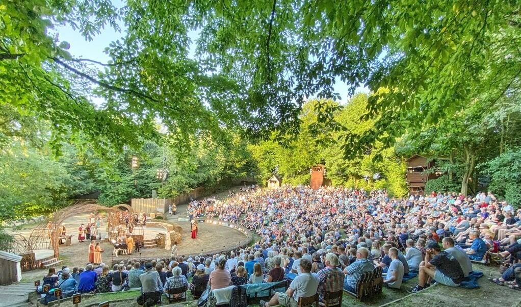 Alle 19 forestillinger har været godt besat. Det samlede antal gæster til vikingespillene i Jels nåede tæt på 14.000.  (Privatfoto)