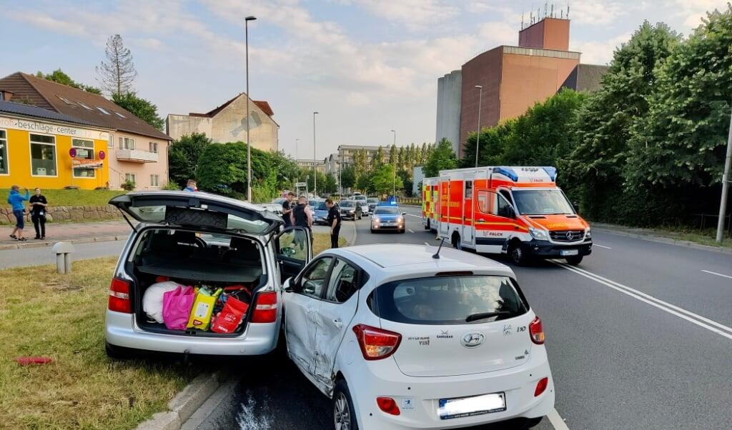 Den ene bil røg helt op på hellen i krydset i forbindelse med sammentøddet.   (Heiko Thomsen)