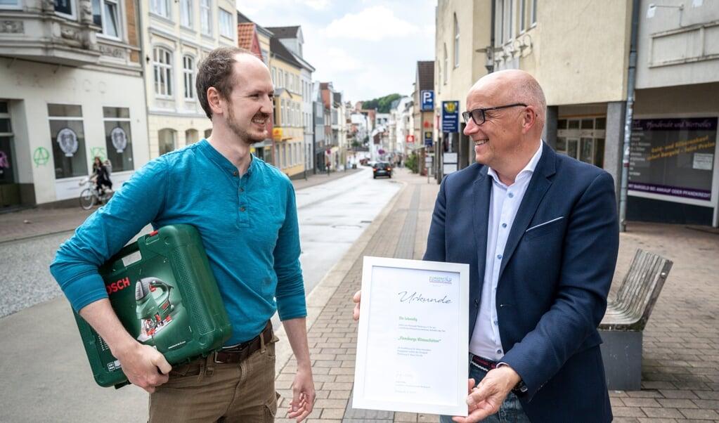 Ole Lebendig (t.v.) får en klimapris for sin Leihladen Flensburg, som han gerne vil åbne i Angelbogade. Til højre Jürgen Möller fra SBV, som er Klimapakt-formand.   (Martin Ziemer)
