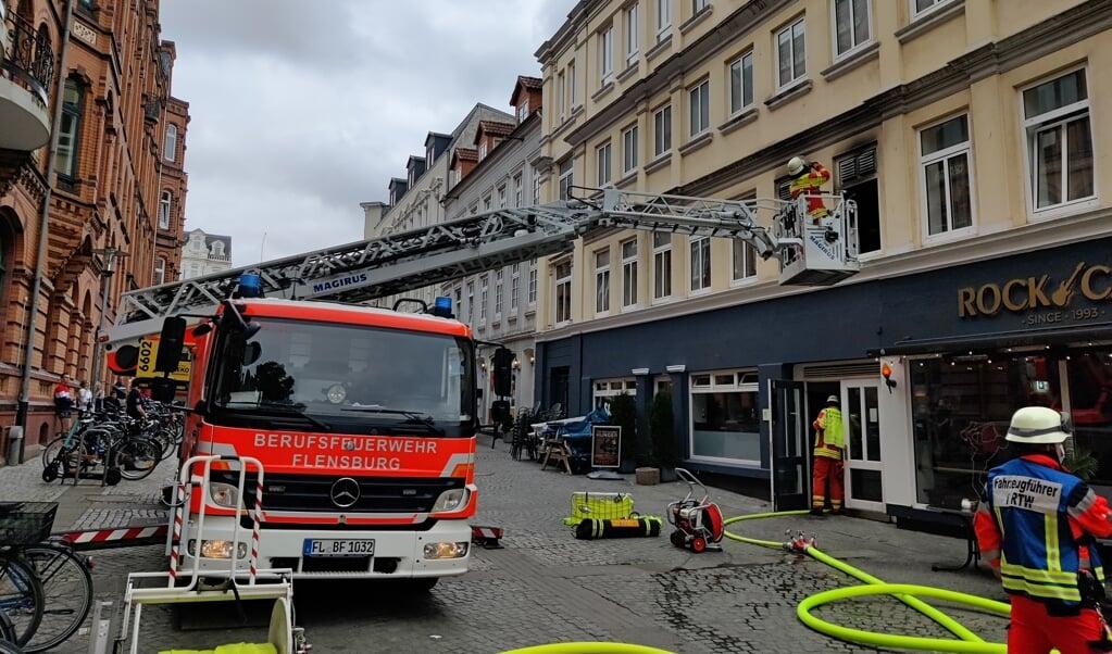 Brandværnet måtte have stigevognen i brug for at nå op til brandstedet.    (Heiko Thomsen)