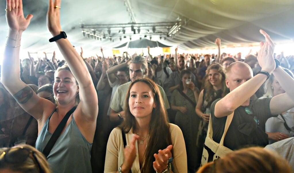 Der er færre restriktioner, så der er flere fester i både Tyskland og Danmark. Her publikum under 'Summer Days' i Roskilde. Men når der er fest, er der også større risiko for infektion, og det er sket i baren Wonderbar i Vesterland på Sild.    (Torben Christensen/Ritzau)