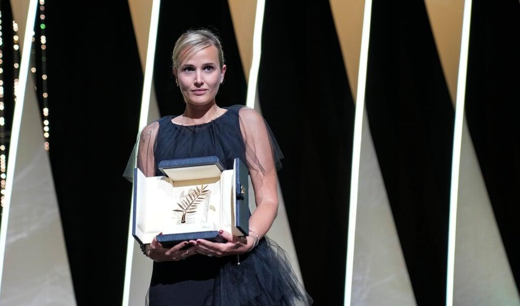 Instruktøren Julia Ducournau er den kun anden kvinde, der har vundet hovedprisen i Cannes.    (Vadim Ghirda, AP/dpa)