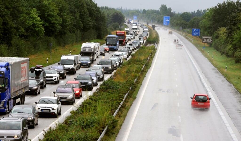 Ved motorvejsgrænsen var der allerede fra morgenstunden omkring fem kilometers kø.  ( Karsten Sörensen                                    )