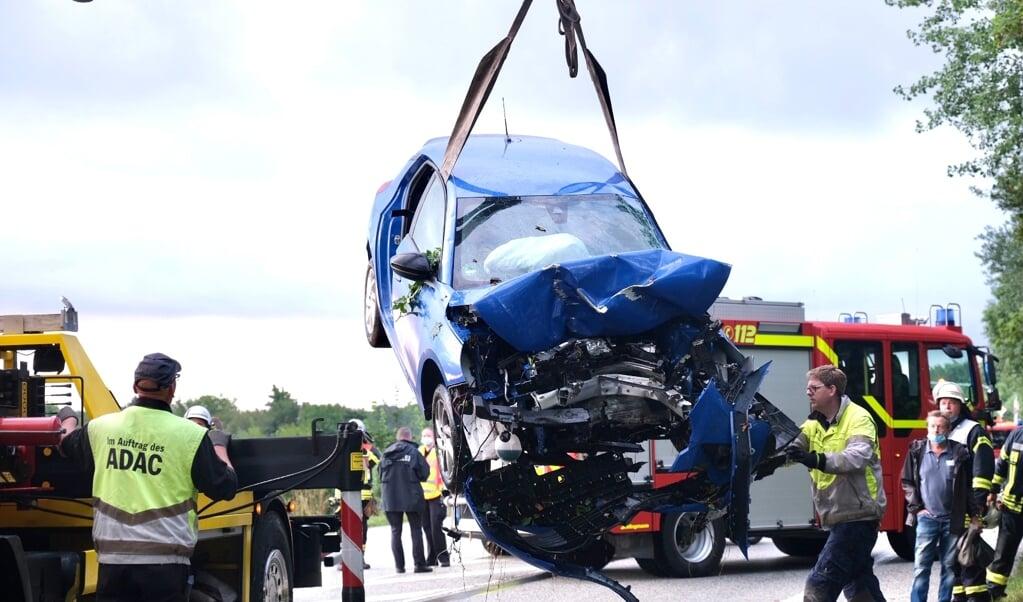 Bilen måtte løftes ud af grøften med en kran, før den kunne blive slæbt væk.  (Sebastian Iwersen                                                                                                                                                                                                                                              )