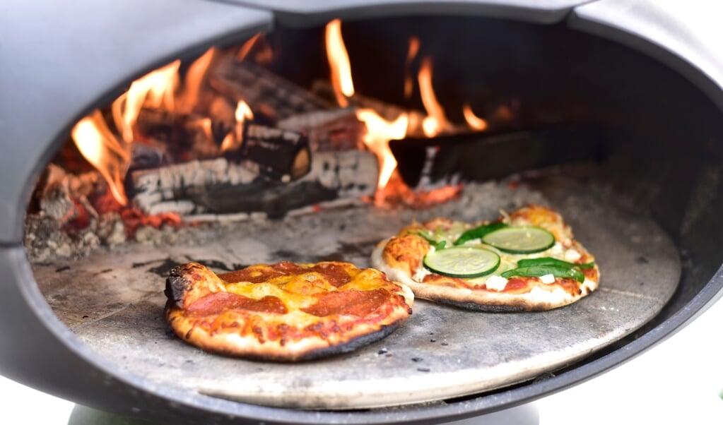 Mini-pizza på grillen ude i det fri. Du kan natuligvis også lave dem færdige hjemmefra.  ( Camilla Pi Kirkegaard)
