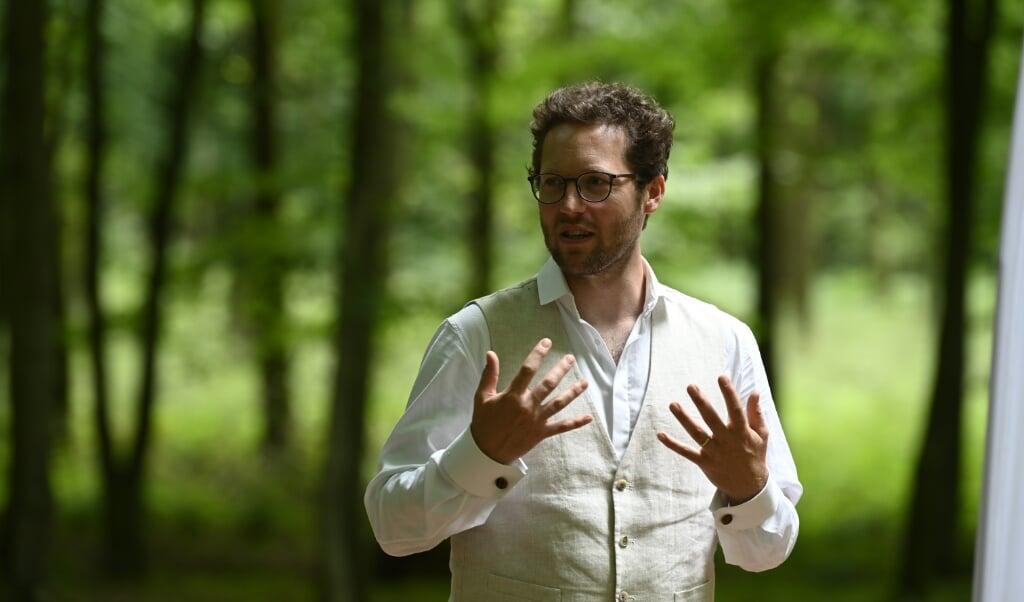 Umweltminister Jan Philip Albrecht, hier bei seinem Besuch im Rehberger Wald zu Wochenanfang, informierte sich am Mittwoch in Bordelum über die Kartierung der rund 450.000 Biotope, die im Norden existieren. Archivfoto:   (Martin Ziemer)