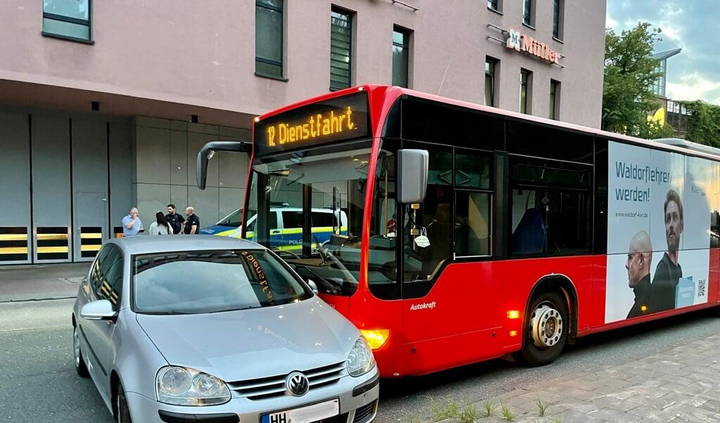 Efter overhalingen endte personbilen med at stå på tværs foran bussen.   (Heiko Thomsen)