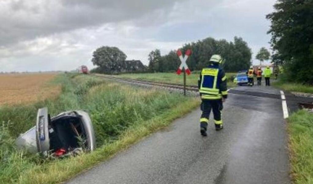 Kvindens Skoda havnede i grøften ved jernbaneoverskæringen.    (Helmuth Möller.)