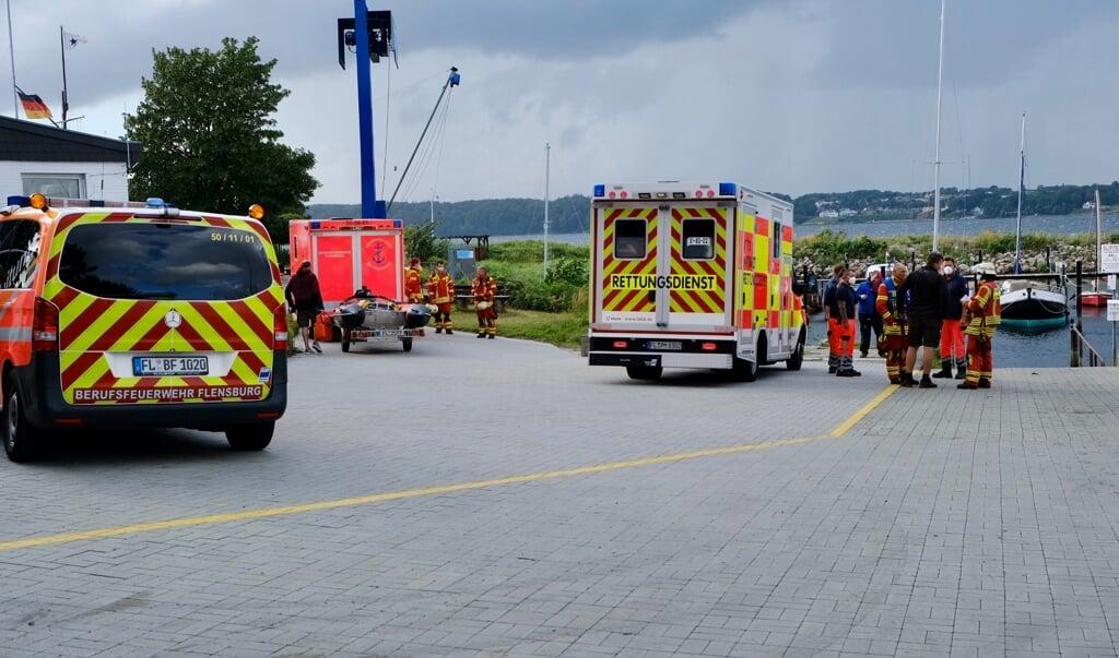 Redningstjenesten og en læge stod klar til at modtage de nødstedte på Farenodde.    (Heiko Thomsen.)
