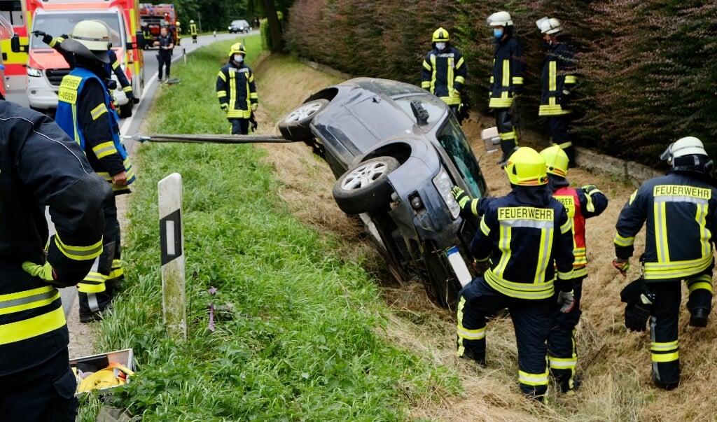 Redningsmandskabet tippede den forulykkede bil for at sikre sig, at der ikke var et barn under køretøjet.    (Heiko Thomsen.)