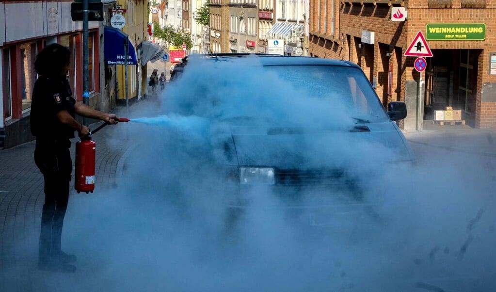 Politibetjente tog en ildslukker og slukkede ilden.   ( Heiko Thomsen/nordpresse)