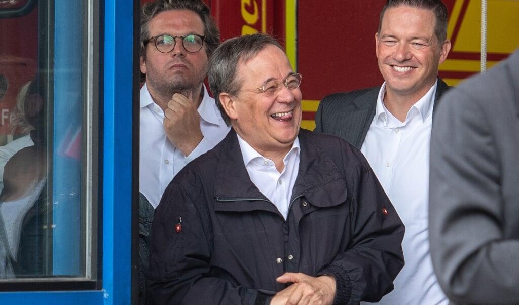 Laschet blev fanget i et upassende øjeblik, da han grinede, mens forbundspræsidenten holdt tale for ofrene i forbindelse med oversvømmelserne i Nordrhein-Westfalen.  ( Marius Becker/dpa)