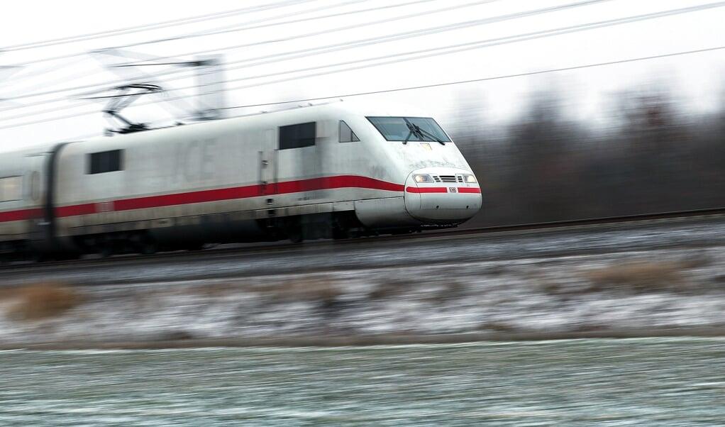 Seit ein paar Monaten legt der ICE von Hamburg aus kommend auf seiner Fahrt nach Kopenhagen einen Zwischenstopp in Schleswig ein. In der Gegenrichtung besteht dieses Angebot weiterhin nicht. Archivfoto:  (dpa)