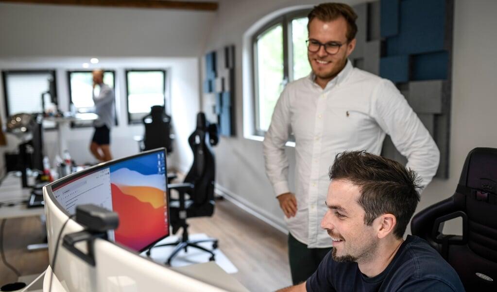 Ligesom deres medarbejdere sidder ejerne af Touchpoint, Morten Jørgensen (til venstre) og Simon Borg (til højre) i storrumskontoret på Frisergade.   (Martin Ziemer)
