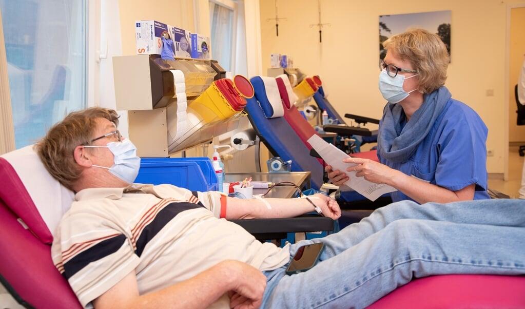 Fredag morgen lå to personer klar i stolen for at donere blod. Hos blodbanken står sygeplejersken for selve tapningen, mens læger og laboranter undersøger blodet en etage under blodbanken.   (Tim Riediger)
