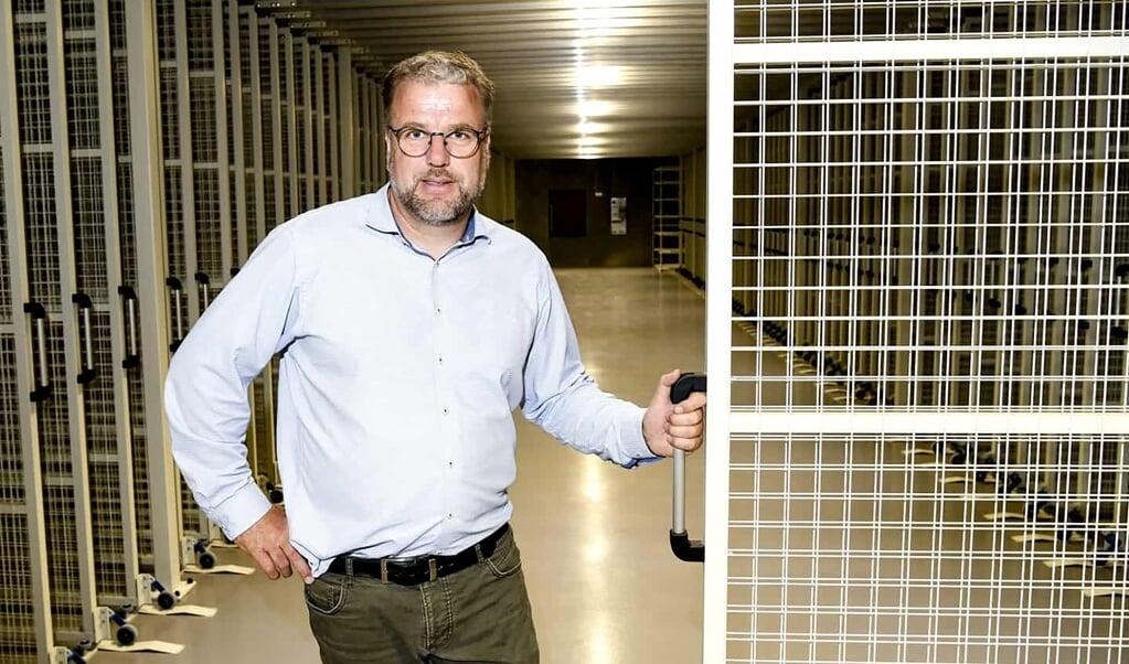 I Museum Sønderjyllands nye bevaringscenter bliver det langt lettere at håndtere udlån af genstande til andre museer. Især er der efterspørgsel fra kunstmuseer i ind- og udland, og de vil nu kunne komme og bladre i kunstværkerne, som bliver monteret på gitterhylder. Det fortæller Axel Johnsen, leder af afdelingen Viden og Samlinger.   (André Thorup)
