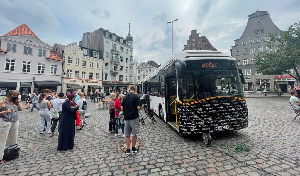 En stor bus havde Aktiv Bus skaffet til lejligheden, hvor flere stod i kø før kl. 13 for at blive vaccineret uden tilmelding.  (Jade Wittenkamp)
