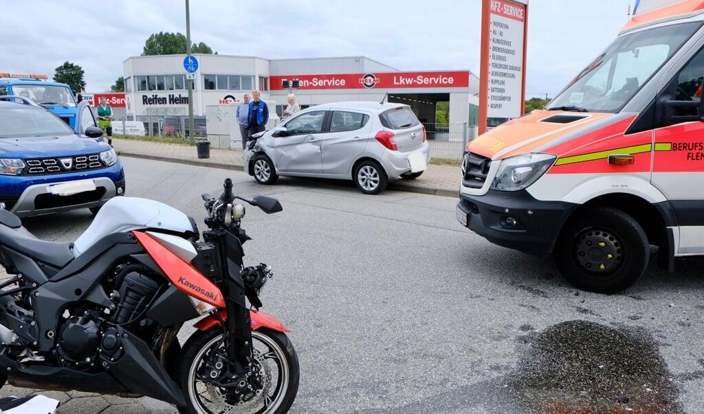 Både bilen og motorcyklen blev kraftigt beskadiget ved sammenstødet.   (Heiko Thomsen.)