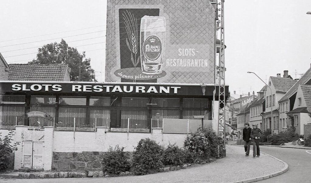Gamle fotos af værtshuse er noget, der genererer kliks på siden arkiv.dk. Topscoreren for Museum Sønderjylland er dette historiske foto af Slots Restaurant i Sønderborg. Det stammer fra 1973.   ( Museum Sønderjylland)