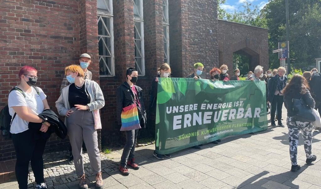 En gruppe fra sammenslutningen Klima Begehren Flensburg var dukket op foran Deutsches Haus for at vise deres utilfredshed med Stadtwerkes strategi.  (Jade Wittenkamp)
