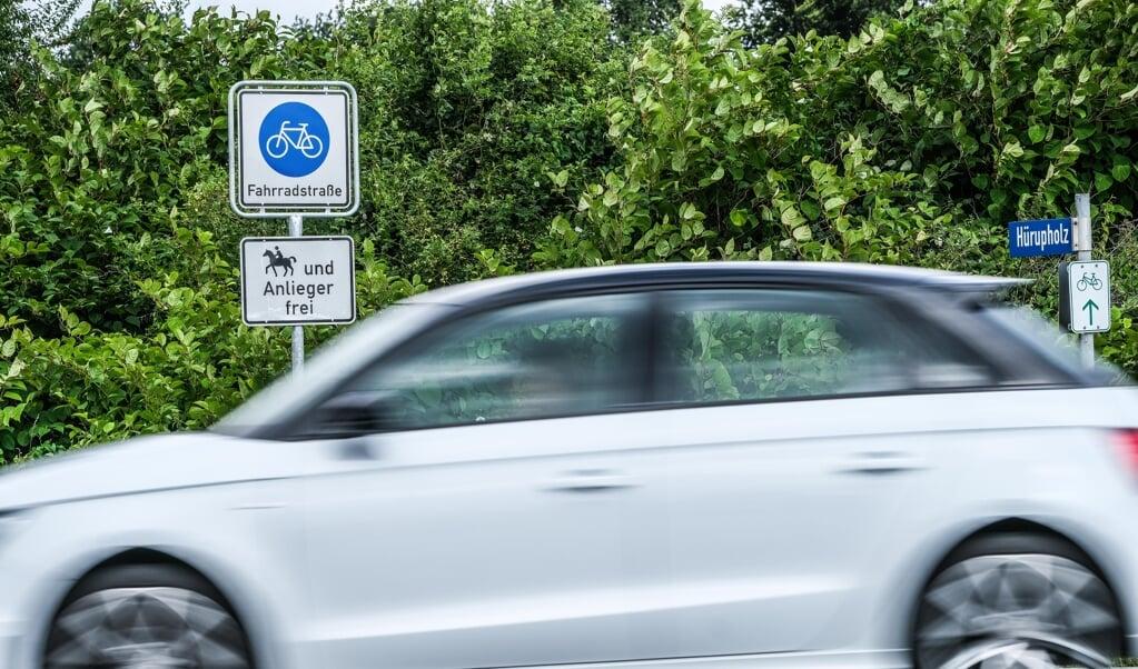 Som cyklist skal man stå og vente på at kunne komme over landevejen K90 i Hyrup for at kunne fortsætte ad den nye cykelvej. Bilerne har lov at køre med 100 km/t, og det er folk i Hyrup inklusive borgmesteren ikke tilfredse med.   (Sven Geißler)