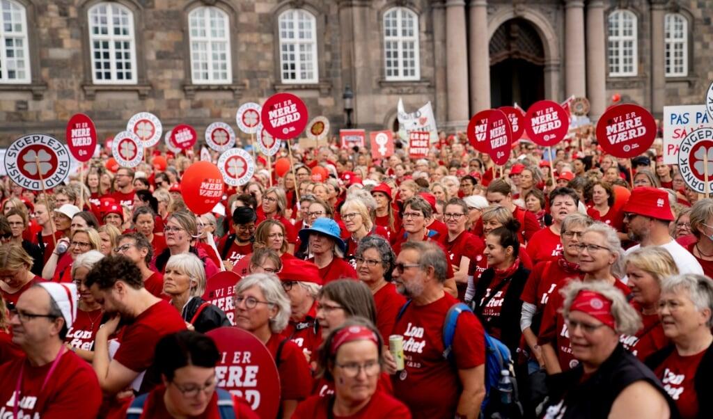 Sygeplejersker demonstrerer på Christiansborg Slotsplads lørdag den 14. august 2021. Demonstrationens hovedbudskab er: 'Vi strejker for en fremtid uden forskel. Derfor kræver vi politisk handling fra arbejdsgivere, regering og Folketing på sygeplejerskernes historiske lønefterslæb'. Strejkerne bliver ved. ( Anthon Unger/Ritzau Scanpix)  (Anthon Unger)