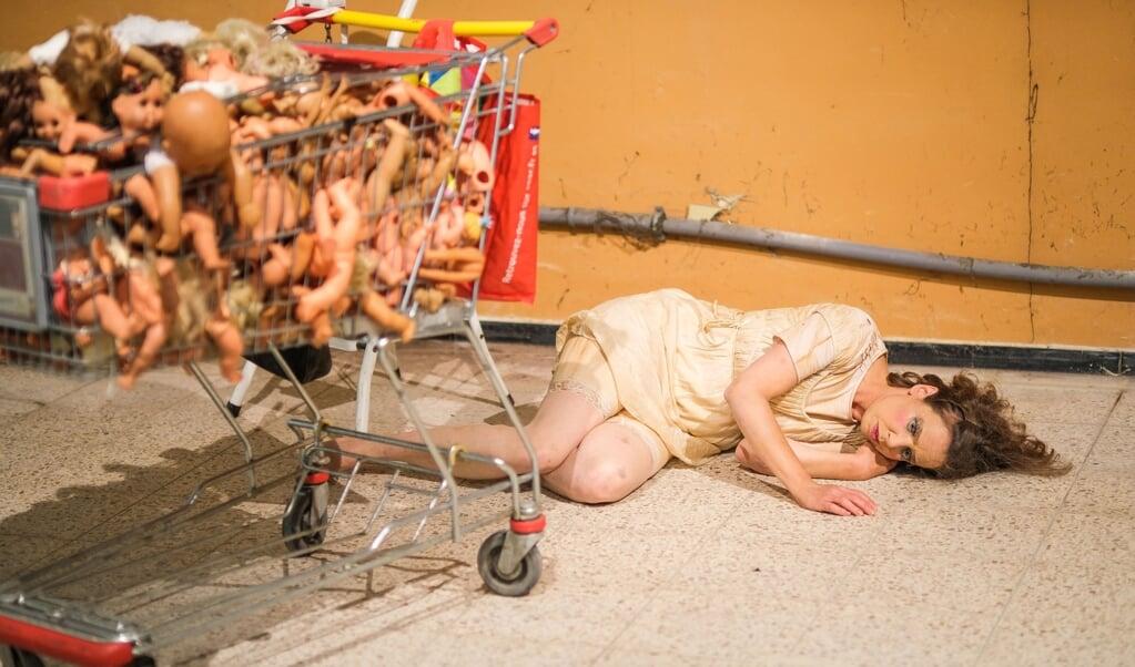Karin Schmitt har en indkøbsvogn fyldt med dukker, der har mistet lemmerne.  ()