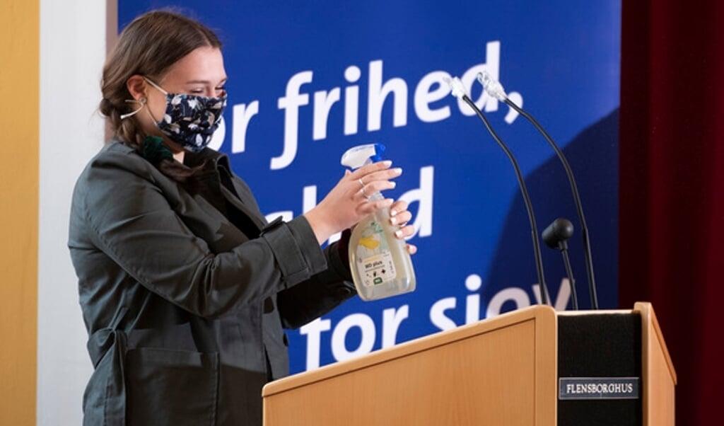 Landsmøde i SSW-Ungdom, hvor den nye formand af SSW Flensborg, Merit Meta Meyer, er ved at desinficerer talerstolen.    Tim Riediger  (Tim Riediger / nordpool)