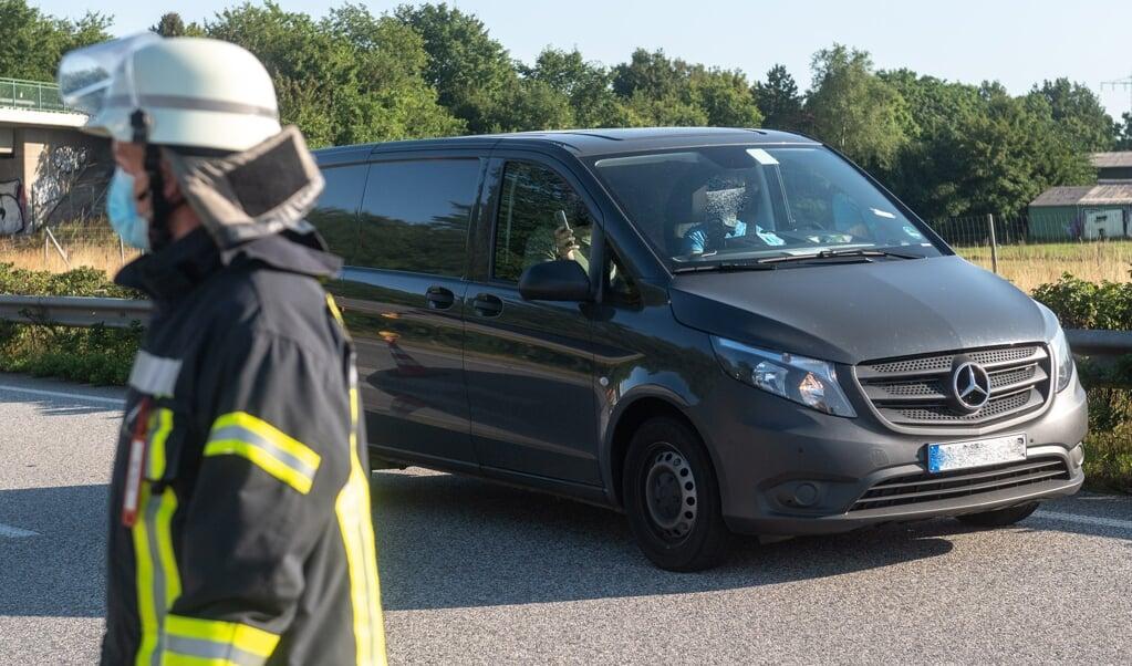 Politiet konstaterede i mere end 15 tilfælde, at bilisterne, der kørte fobi ulykkesstedet, enten filmede eller fotograferede det brændende køretøj.  (Benjamin Nolte)