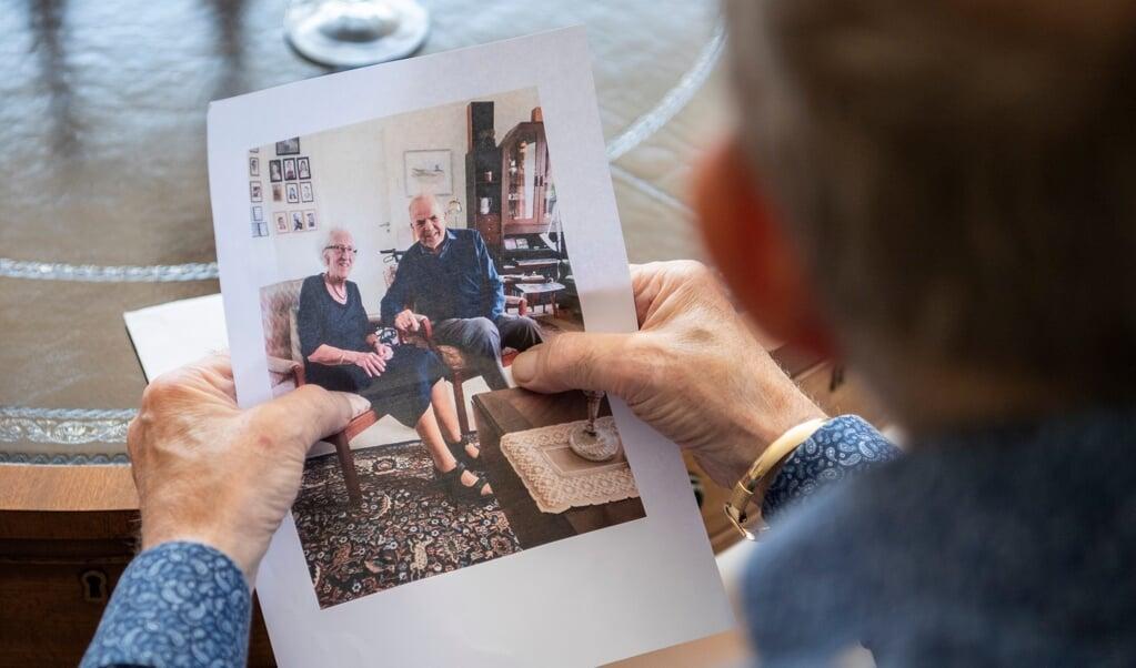 Gerd Pickardt har netop været på Ærø for at besøge sin plejemor, Kirsten Pedersen, på 96 år. Her sidder han med billedet fra besøget.   ( Kira Kutscher)