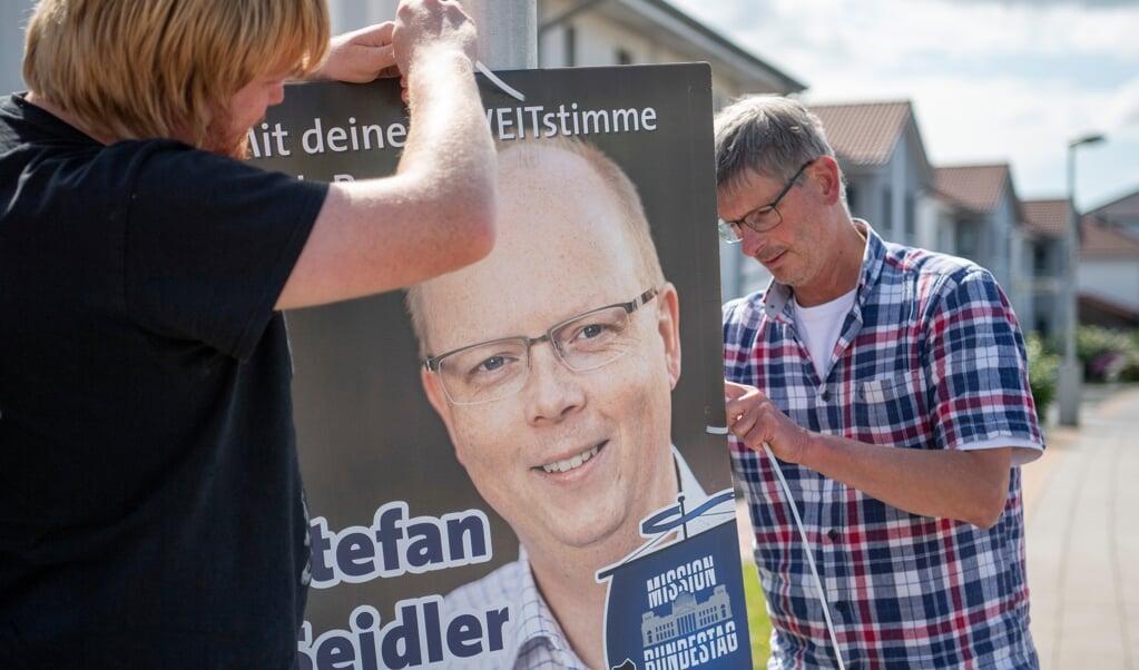 SSW hænger valgplakater op i Nordfrisland. Selve plakaten vil ikke omvende folk til SSW, men den kan skabe refleksion hos folk, der ikke kender til SSW i forvejen, og det er også vigtigt.    (Kira Kutscher)
