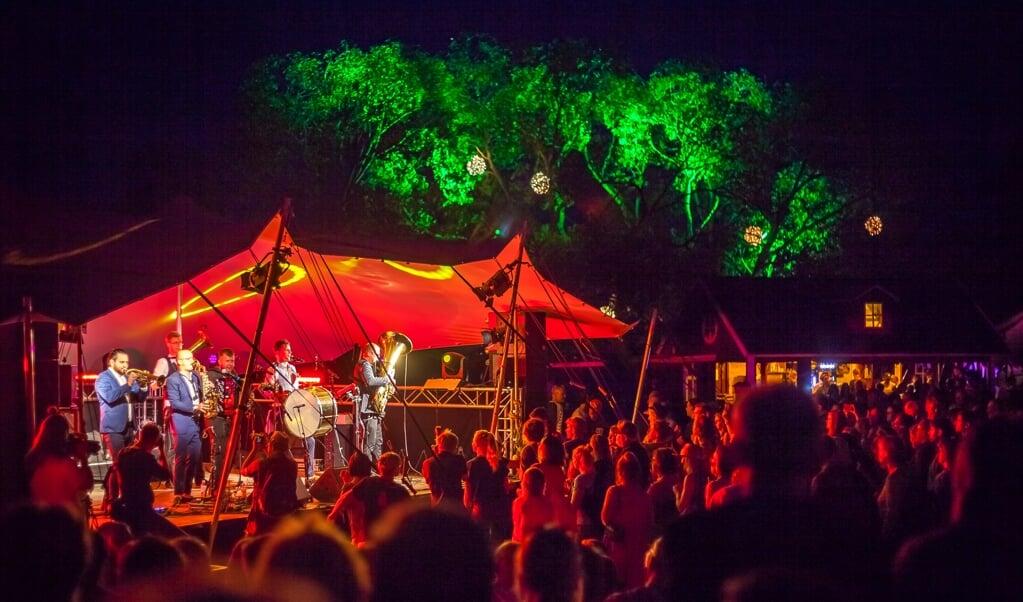 Der er hygge og sensommerstemning i teltet ved Königswiesen i Slesvig, når Norden-Festival går i gang den 26. august.   (Andreas Volkmar)