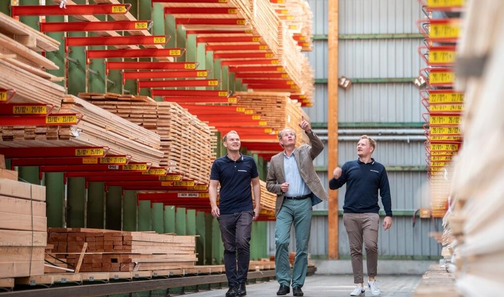 På lageret ligger metervis af træ fra gulv til loft. Brødrene Lorenz (tv) og Adrian Dethleffsen (th) overtog sidste år ledelsen af byggemarkedet efter Hayo Dethleffsen (i midten).   (Kira Kutscher/nordpool)