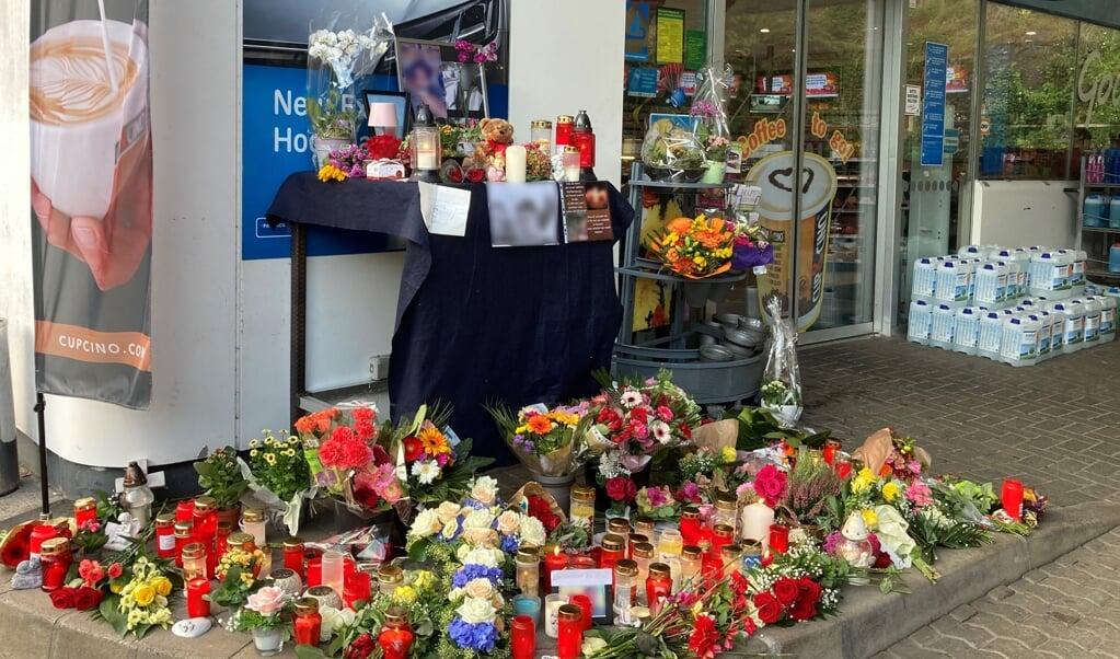 Efter drabet på den 20-årige blev der lagt talrige buketter ved tankstationen, hvor forbrydelsen fandt sted.    (Birgit Reichert/dpa)