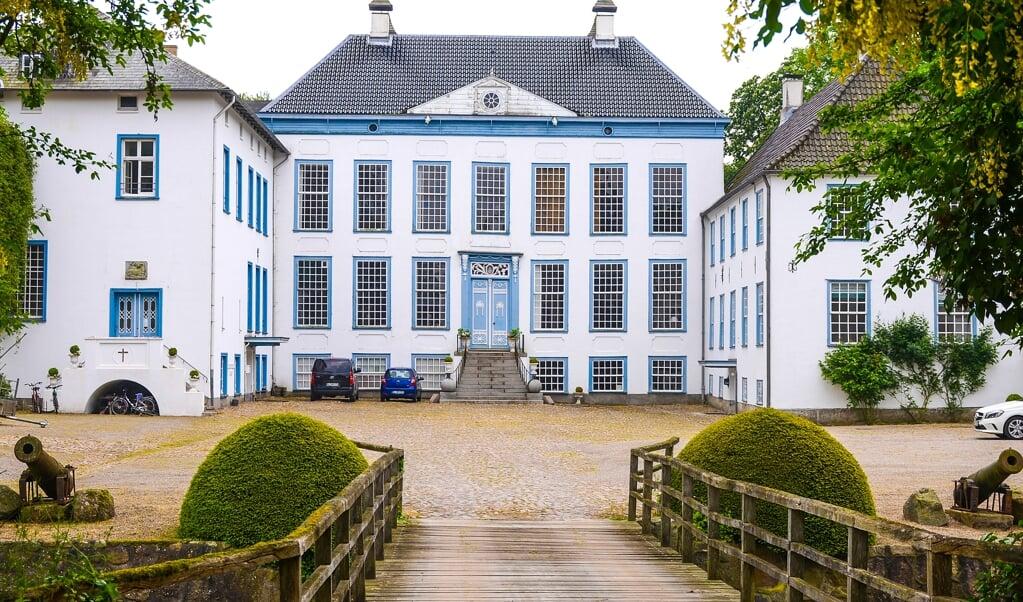 Gelting Gods (eller Gelting Slot, som det også kaldes i Angel) er en af Slesvigs smukkeste herregårde.     ( Hans Christian Davidsen)