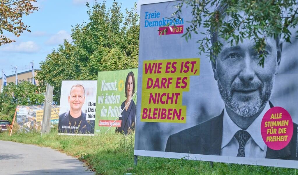 Nok er plakaterne farverige. Men stemningen er mest grå, viser meningsmåling.    (Annette Riedl/dpa)