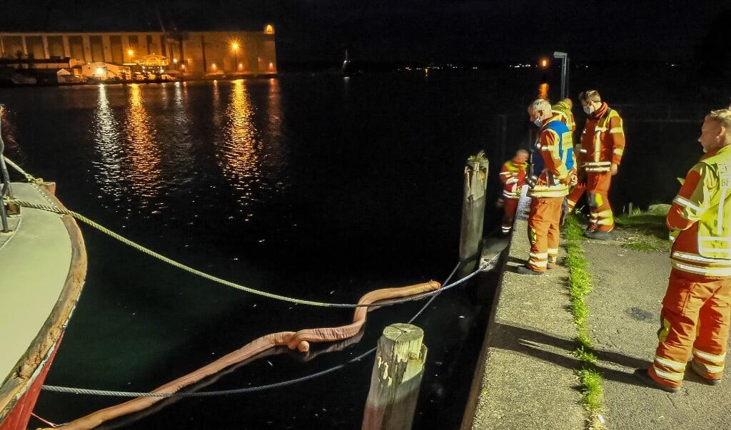 Det kommunale brandværn lagde flydespærringer ud på stedet.    (Heiko Thomen.)