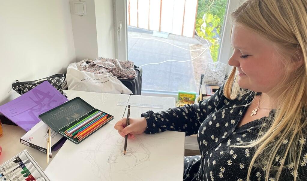 Kristine Berg maler meget. Hendes familie er så sød. De gør det bare så nemt for mig, siger den 16-årige fra Hornsyld ved Horsens i Midtjylland.  ( privat)