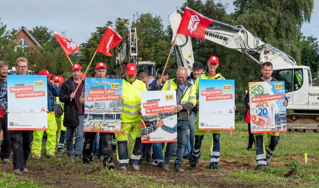 Omkring 50 byggearbejdere mødte onsdag formiddag op i Hanved for at protestere mod de fastkørte overenskomstforhandlinger. De blev dog alligevel afbrudt kort tid efter.   (Kira Kutscher)